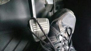 靴紐がブレーキに引っかかる